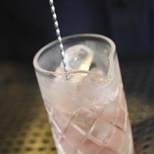 Stirring vs. shaking a cocktail image