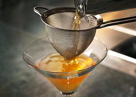 Fine straining (double straining) cocktails image 1
